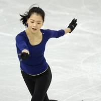 Gold ambition: Akiko Suzuki gets to work in training on Monday. | KYODO