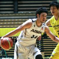 Making a contribution: Aisin's Kosuke Kanamaru scored 16 points to help the SeaHorses beat the Sunrockers 84-74 on Sunday. | KAZ NAGATSUKA