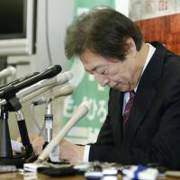 Disappointed: Former Prime Minister Morihiro Hosokawa bows to supporters Sunday at a news conference in Tokyo after failing to win the Tokyo gubernatorial election. | KYODO