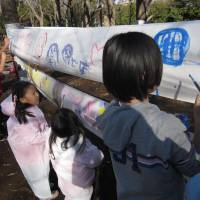 Nonprofit organization Yumeshokunin takes drawing outside for Kiba Playpark at Kiba Park in Tokyo.
