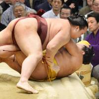 Kisenosato muscles down Shohozan for his third straight victory at the Spring Grand Sumo Tournament. | KYODO