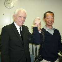 Dolphin activist and former Flipper trainer Ric O'Barry joins hands Friday with his former rival, ex-dolphin hunter Izumi Ishii, as they team up for a joint presentation to a group of Japanese and foreign residents at Temple University in Tokyo. | BOYD HARNELL