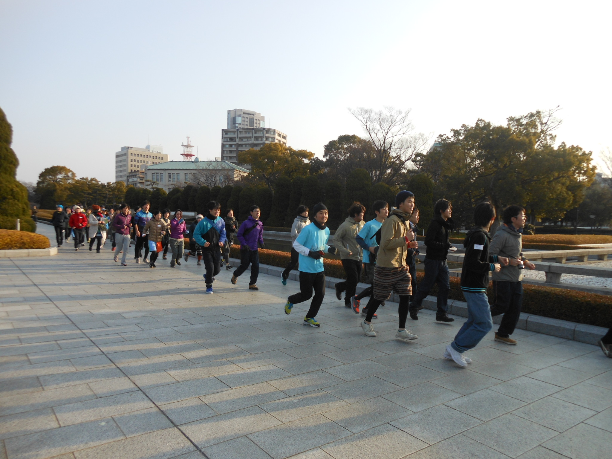 Culture run: A city observation jogging event (Feb. 16) by Atelier Bow Wow's Momoyo Kaijima and Yoshiharu Tsukamoto proves popular with locals. | PHOTO COURTESY OF HIROSHIMA MUSEUM OF CONTEMPORARY ART