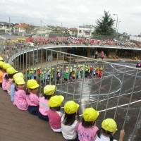 Gather round: Children watch the action below from the roof of Fuji Kindergarten, a preschool designed by Tezuka Architects. | © TEZUKA ARCHITECTS