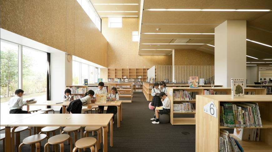 The use of wood in the library and other areas of Teikyo Elementary School is meant to harken back to a time when most of Japan's schools were wooden. Architect Kengo Kuma took the idea straight from his own scholastic experience. | TAKUMI OTA PHOTOGRAPHY