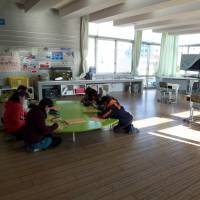 Learning space: At Mihama Utase Elementary School in Chiba, a classroom that was left vacant has been reconfigured into a more inviting place to study. | RYOKO KURAKAZU