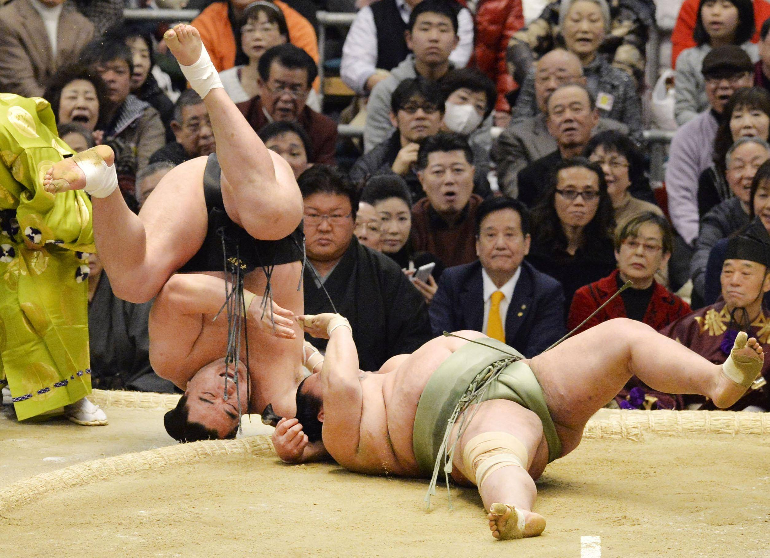 Kakuryu opens promotion bid with hard-fought win
