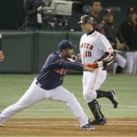 First things first: Wladimir Balentien stretches to make a play at first base during an exhibition game against the Giants on Saturday at Tokyo Dome. | KYODO