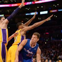 Rivals crushed: The Clippers' Blake Griffin drives against the Lakers on Thursday at Staples Center. The Clippers won the battle of Los Angeles 142-94. | AFP-JIJI