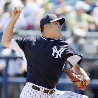Still on schedule: Yankees starter Masahiro Tanaka pitches against the Braves during a spring training game on Sunday in Tampa, Florida. | KYODO