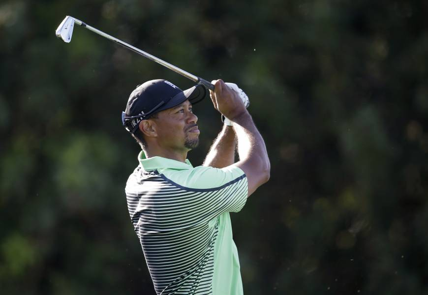 McIlroy takes lead as Tiger struggles