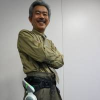 Hideaki Takahashi, Honda R&D's chief engineer, wears a walking assist device. | KAZUAKI NAGATA