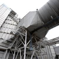 A heat recovery steam generator stands at Tokyo Electric Power Co.'s Shinagawa thermal power station in October 2012. | BLOOMBERG