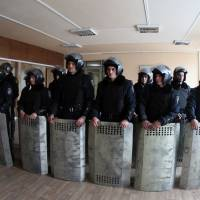 Riot police stand guard inside the regional state administration building in the eastern industrial city of Donetsk on Tuesday, a day after it was occupied by some 300 pro-Russian demonstrators.   AFP-JIJI