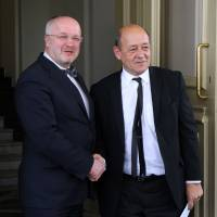 Lithuanian Defense Minister Juozas Olekas (left) welcomes Frence defense chief Jean-Yves Le Drian on March 21 ahead of their meeting in Vilnius. | AFP-JIJI