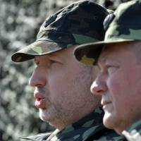 Ukraine's interim president, Oleksandr Turchinov (left) attends a military drill with Defense Minister Igor Tenyukh near the city of Goncharovskoye, some 150 km from Kiev, on Friday. | AFP-JIJI