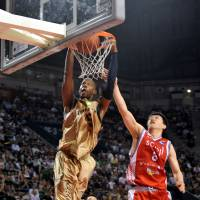 He does it all: Ryukyu star Anthony McHenry, seen dunking in a file photo from the 2011-12 championship game against Hamamatsu, had 21 points in a 79-64 road win over Shimane on Saturday.   YOSHIAKI MIURA