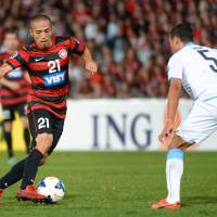 Not time to be timid: Western Sydney Wanderers player Shinji Ono (left) dribbles the ball in front of Kawasaki Frontale's Jeci during their Asian Champions League match in Sydney on Wednesday. | AFP-JIJI