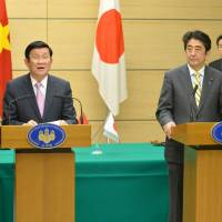 Vietnamese President Truong Tan Sang and Prime Minister Shinzo Abe deliver a joint statement after a signing ceremony for development assistance in Tokyo on Tuesday.   AFP-JIJI