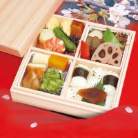 It's not just cherry blossoms that can be enjoyed at the Osaka-jo Yozakura Illuminage event; bento boxed meals created by various local restaurants will also be available.