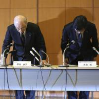Ryoji Noyori (center), president of the Riken research institute, flanked by executive directors Maki Kawai (left) and Minoru Yonekura, bow in apology during a news conference in Tokyo on Tuesday over falsified STAP cell papers involving its researchers. | AP