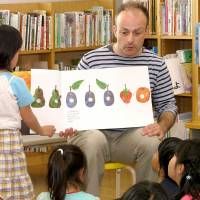 Story time: The bi-monthly 'Eigo time' events at Iwakura Public Library in Kyoto bring together children and parents interested in English. | NOZOMI IKEDA