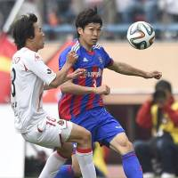 Closeup view: FC Tokyo's Masato Morishige (right) moves for the ball against Kensuke Nagai of Nagoya Grampus in Tuesday's J. League match at National Stadium. Grampus won 1-0. | KYODO