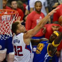 Air traffic control: Golden State's Jermaine O'Neal goes up for a shot against Los Angeles' Blake Griffin in Game 1 of their first-round playoff series on Saturday at Staples Center. The Warriors beat the Clippers 109-105. | AFP-JIJI