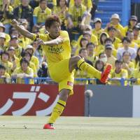 Until the bitter end: Reysol's Junya Tanaka (left) scores during stoppage time to lift Kashiwa to a 3-2 win over Urawa on Saturday. | KYODO