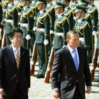 Prime Minister Shinzo Abe and visiting Australian Prime Minister Tony Abbott attend an official welcome ceremony for the Australian leader at the Akasaka Guest House in Tokyo on Monday. | KYODO