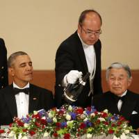 Champagne is poured for U.S. President Barack Obama (second from left) and Emperor Akihito (right) during the state dinner at the Imperial Palace in Tokyo on Thursday. | REUTERS
