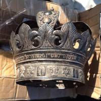A handout picture released by the Egyptian Ministry of Antiquities shows an antique Jewish silver crown decorated with Hebrew inscriptions and the Star of David, which was recovered by Egyptian authorities as they foiled a smuggling attempt. | AFP-JIJI