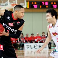 Defense and desire: Hamamatsu Higashimikawa Phoenix guard Masahiro Oguchi (right), seen in a game against Osaka last season, is one of the bj-league's most recognizable faces and clutch performers at both ends of the floor. | HIROAKI HAYASHI