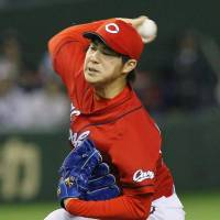 Effective outing: Carp starter Yusuke Nomura holds the Giants to one run in six innings on Tuesday at Tokyo Dome. Hiroshima defeated Yomiuri 4-1. | KYODO