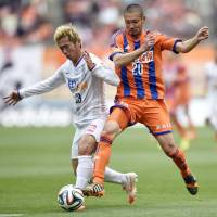 Stalemate: Albirex Niigata's Kengo Kawamata (right) competes for the ball with Sanfrecce Hiroshima's Tsukasa Shiotani during their 0-0 draw on Sunday. | KYODO