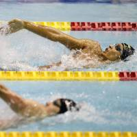 Rivals meet again: Ryosuke Irie holds his own in the men's 200-meter backstroke final against Kosuke Hagino on Sunday, winning the event for the eighth straight time at nationals. | KYODO