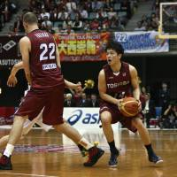 Team effort: Nick Fazekas (left) sets a pick as Toshiba's Toshiba's Naoto Tsuji prepares to take a shot during the Brave Thunders' 80-74 win over Toyota Motors Alvark on Friday night in the NBL. | KAZ NAGATSUKA