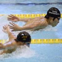 Speed to burn: Kosuke Hagino glides ahead during the butterfly portion of the men's 400-meter individual medley final on Thursday at the 90th Japan Swimming National Championships. Hagino won the race in 4 minutes, 7.88 seconds. | KYODO