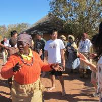 Cultivating a global outlook: Tamagawa Gakuen students experience Tswana culture on their African studies tour in Botswana. More than 100 students have been through the program since it began in 2009. | ©TAMAGAWA ACADEMY