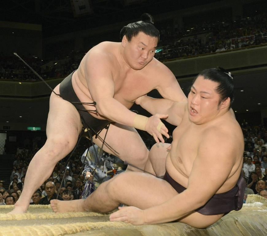 Hakuho stays in control