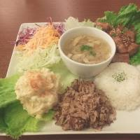 Real deal: The Hawaiian plate lunch at Cinnamon's Tokyo branch includes tuna poke, Kalua pig and all the trimmings. | STEVE TRAUTLEIN