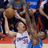 Take it to them: Clippers forward Blake Griffin goes up for a shot against the Thunder's Serge Ibaka on Sunday. | AFP-JIJI