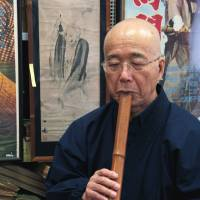 Priest Daitetsu Kosuge demonstrates one form of Zen prayer. | KIT NAGAMURA