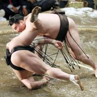 Just like always: Hakuho sends Harumafuji to the ground during the final bout of the Summer Grand Sumo Tournament on Sunday. Hakuho secured his 29th title with the win. | KYODO