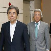 Former Prime Ministers Morihiro Hosokawa (left) and Junichiro Koizumi attend an inauguration event in Chiyoda Ward, Tokyo, on Wednesday to found a new entity called Japan Assembly for Nuclear Free Renewable Energy.   KYODO
