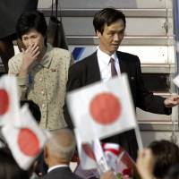 Yukiko Okudo (left) and Kaoru Hasuike, who were abducted by North Korea, return to Japan on Oct. 15, 2002. The government hopes an agreement with North Korea this week will result in the return of other missing individuals. | REUTERS