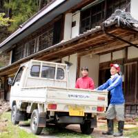Satomi (left) and Terumi Watanabe talk in front of the house they rent in the city of Toyota. The property was registered with the Empty Houses Information Bank.   CHUNICHI SHIMBUN