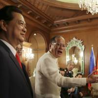 Vietnamese Prime Minister Nguyen Tan Dung (left) visits Philippine President Benigno Aquino III at the presidential Malacanang Palace in Manila on Wednesday. | AP
