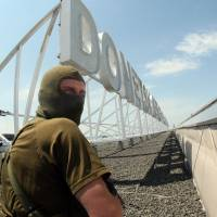 Pro-Russian militants occupied Donetsk's main airport Monday, defying a demand by Ukrainian government forces to disarm, and resisting apparent air strikes overnight.   AFP-JIJI