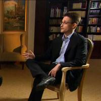 NBC News anchor Brian Williams (left) is seen interviewing fugitive NSA leaker Edward Snowden in Moscow, in a program broadcast Wednesday in the United States.   NBC NEWS/AFP-JIJI